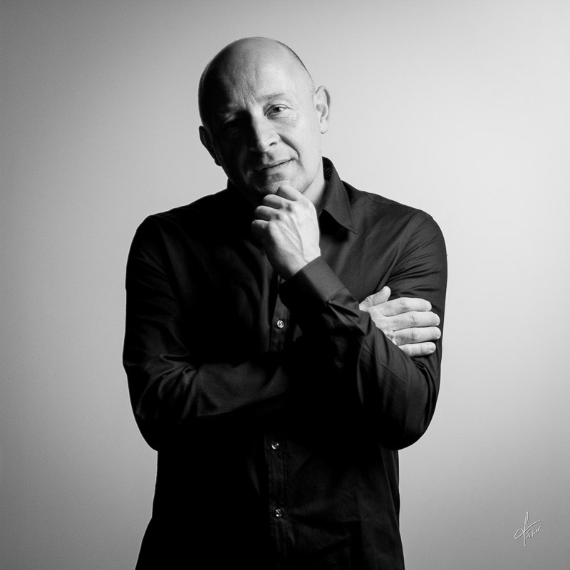 portrait d'homme sur fond blanc en noir et blanc