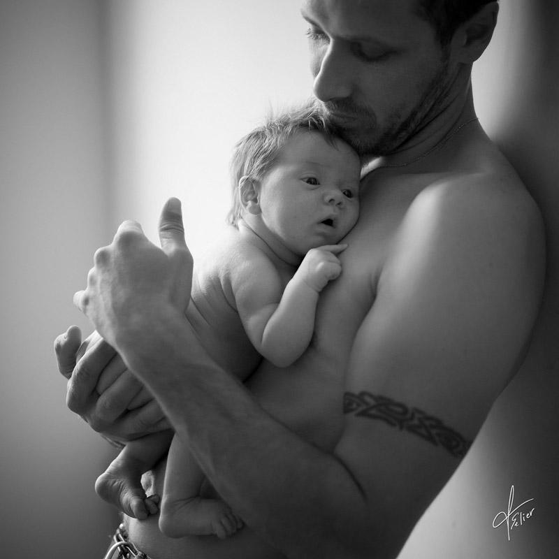 séance photo portrait nouveau-né avec papa noir blanc