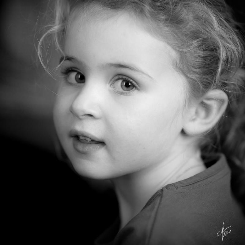 photo portrait enfant fille noir et blanc