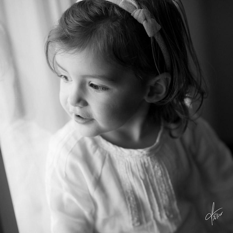 photo fille portrait enfant noir et blanc