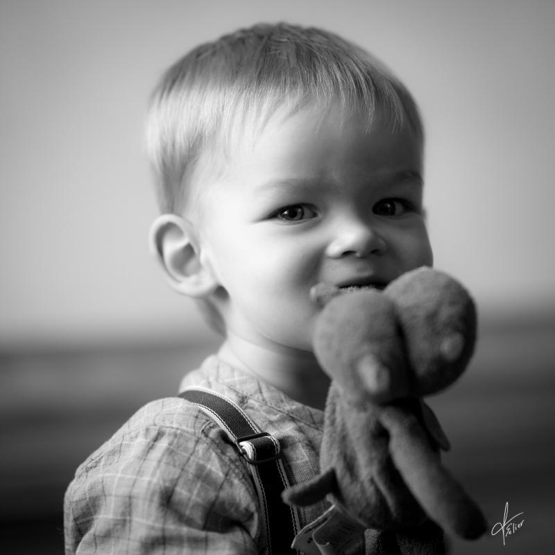 portrait garçon en noir et blanc lumière naturelle