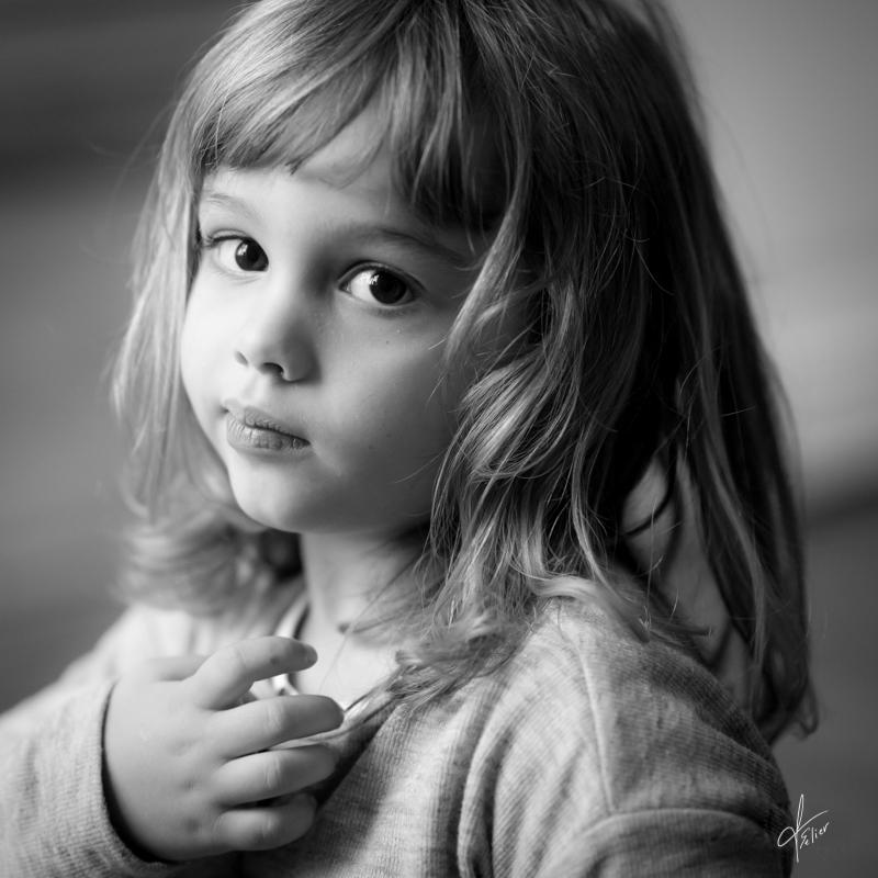 portrait fillette en noir blanc lumière naturelle