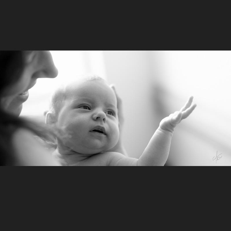 séance photo portrait nouveau-né noir blanc lumière naturelle