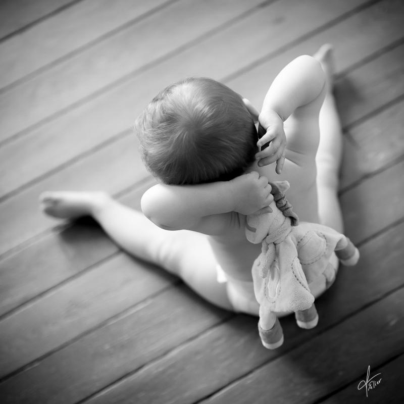 portrait noir blanc bébé vue de dos lumière naturelle