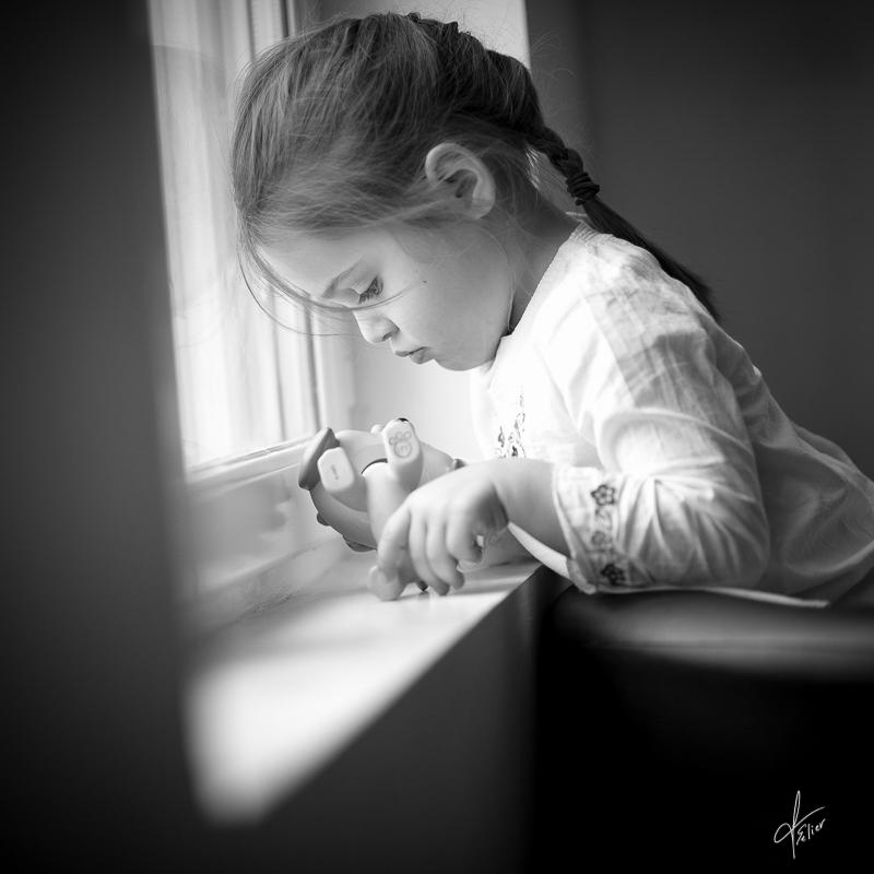 portrait fillette noir blanc lumière naturelle