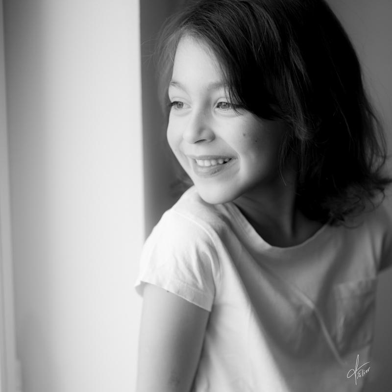 portrait noir et blanc fille lumière naturelle