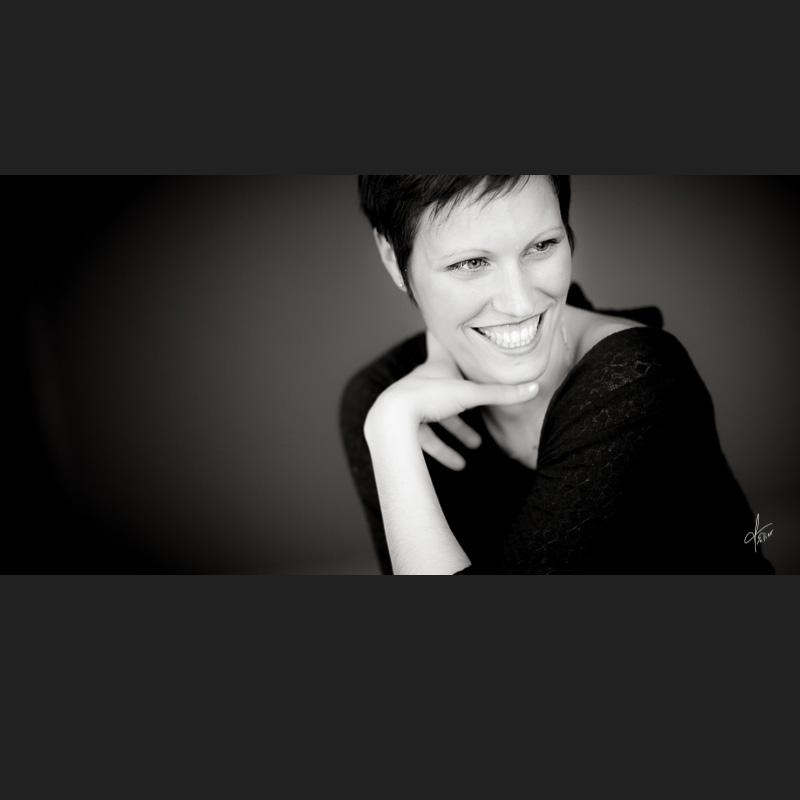 Portrait jeune femme en noir et blanc