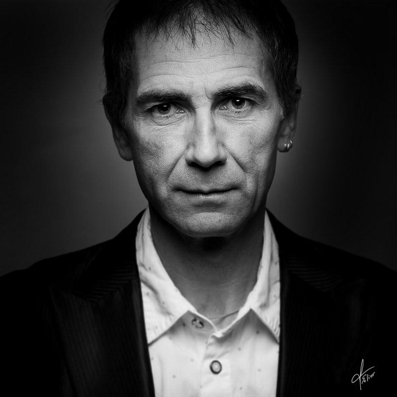 portrait homme artiste en noir et blancportrait homme artiste en noire et blanc