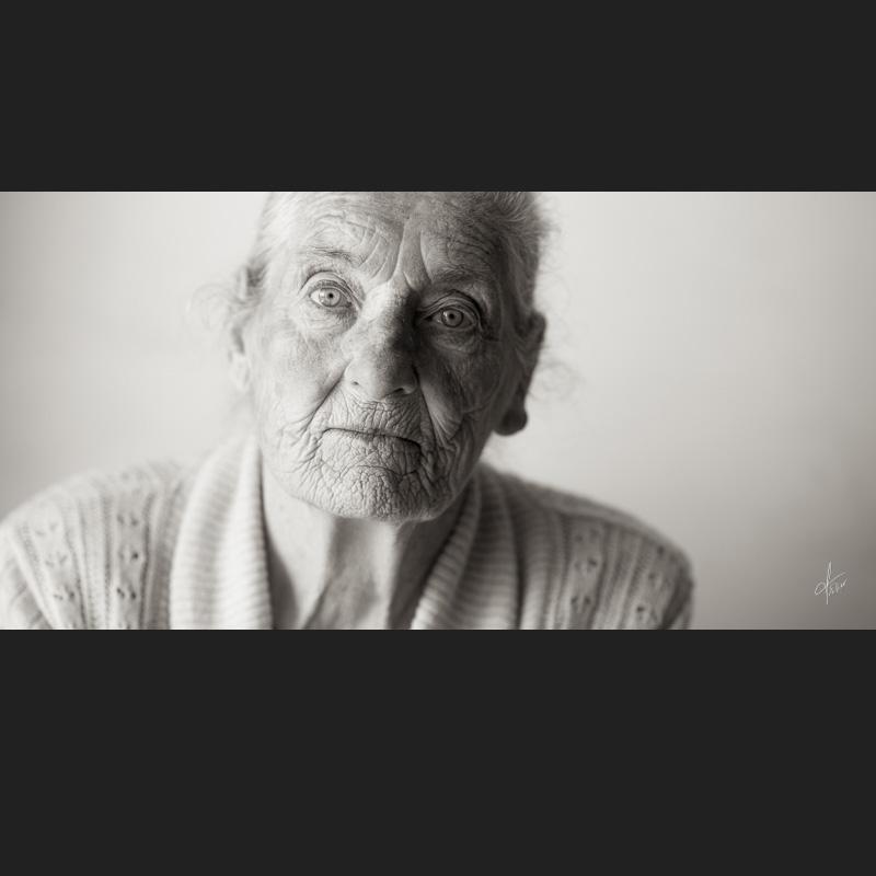 portrait d'une vieille femme en noir et blanc-mere et fils-portrait femme agée