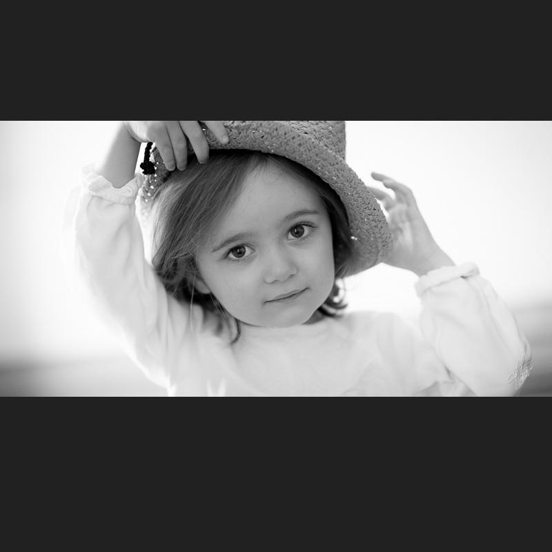 portrait fillette avec chapeau en noir blanc lumière naturelle