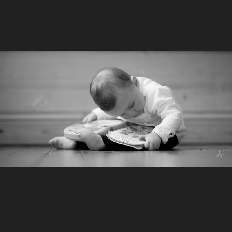 photo enfant avec livre en noir et blanc