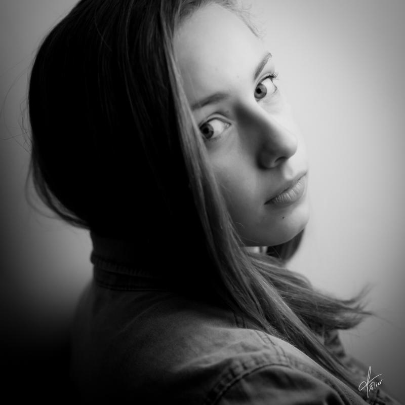 portrait ado en noir et blanc